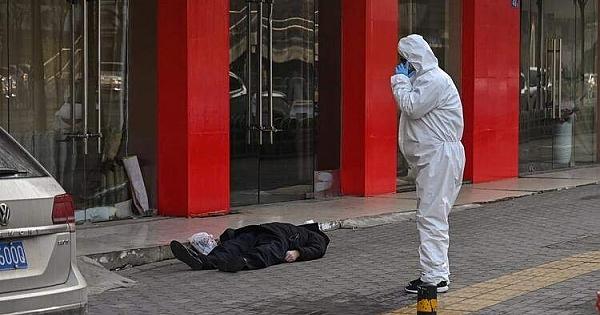 Wuhan'da sokak ortasında ölen bir adam bulundu