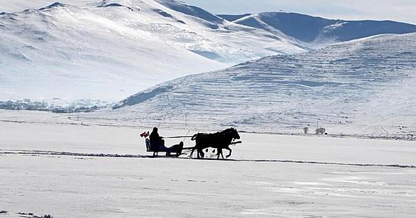 Çıldır Gölünde buz üstünde drift ve atlı kızak keyfi