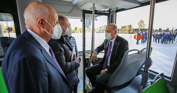 Cumhurbaşkanı Erdoğan sürücüsüz elektrikli otobüsün ilk yolcusu oldu