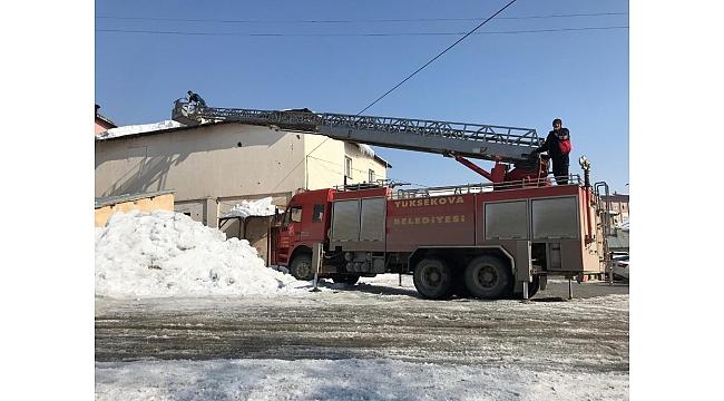 Belediye ekiplerinden çatılardaki kar kütlelerini temizleme çalışması