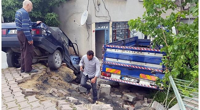 Başakşehir'de vinç yüklü kamyonet bir evin bahçesine uçtu