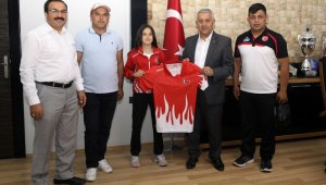 Avrupa 3.'sü Eda Nur Ersoy, Belediye Başkanı Mehmet Zeybek'i ziyaret etti
