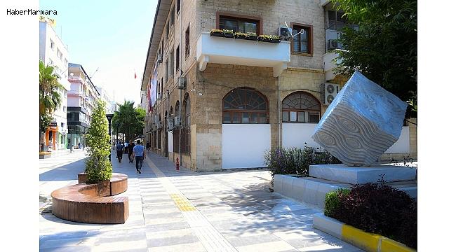 'Nazar Boncuğu' heykeli Atatürk Caddesi'ne taşındı