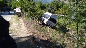 Adana'da iki kişinin ölümüne neden olan minibüs kaza yerinden kaldırıldı
