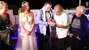 Adaş dedesinin yüzüğü ile dünya evine girdi