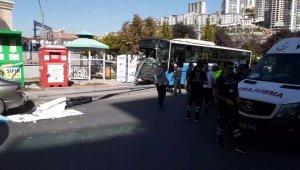 Ankara Mamak'ta özel halk otobüsü, yolcuların bulunduğu durağa girdi. Kazada ölü ve yaralıların olduğu belirtiliyor.