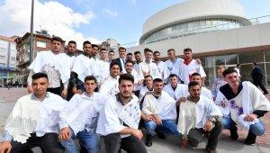Başkan Dündar, askere gidecek gençlerle halay çekti