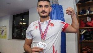 Askerden geldi, Uluslararası Kick-Boks Şampiyonası'nda iki gümüş madalya aldı