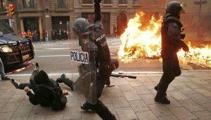 Ayrılıkçı Katalanlar Barselona sokaklarını ateşe verdi