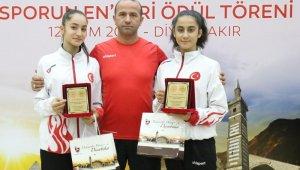 """Bağlar Belediyespor'un Milli Karatecilerine """"Yılın Enleri """" ödülü"""