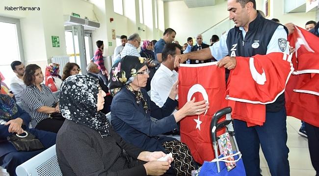 Barış Pınarı Operasyonuna destek için Türk Bayrağı dağıtıldı
