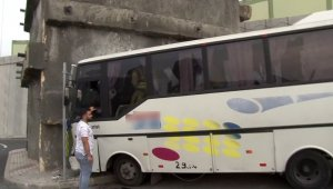 Başakşehir'de servis aracı kontrolden çıkarak trafoya çarptı. Servis şoförü araçta sıkıştı, olay yerine polis, itfaiye ve sağlık ekipleri yönlendirildi.