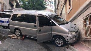 Beyoğlu'nda binaya çarpan minibüs vatandaşları korkuttu