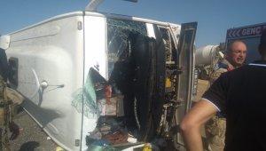Bingöl'de yolcu taşıyan midibüs devrildi: 29 yaralı