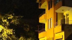Çatıdan atlamak isteyen kadını polis son anda kurtardı