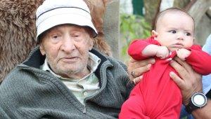 79 torunu olan ve 100 yaşına giren yaşlı adama torunlarından doğum günü sürprizi