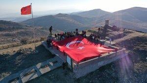 AKUT'tan 294 metrelik dev Türk bayrağı ile anma töreni