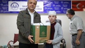 Başkan Üçok'tan umre yolcusu genç hafızlara ihram hediye