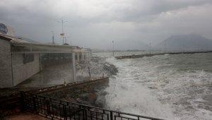 Alanya'da dev dalgalar oluştu, deniz trafiği kapandı