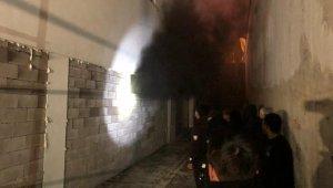 Başkent'te 18 katlı apartmanın kapalı otoparkında 2 araç yandı