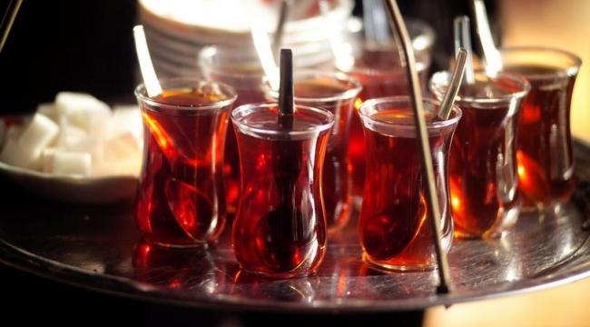 Bir Bardak Çay İçerken, Dikkat Edin !!!