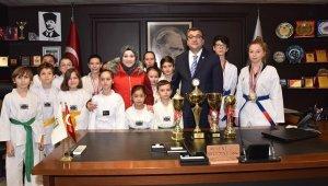 Çan Belediyesi Taekwondo kulübü başarılarını başkan Öz ile paylaştı