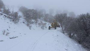Elazığ'da karla kapanan 73 köy yolundan 40'ı açıldı