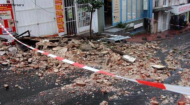 İstanbul'da 2 Katlı Metruk Bina Çöktü, Yol Kapatıldı
