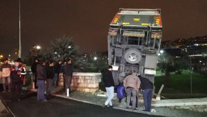 Kağıthane'de kamyonet istinat duvarında askıda kaldı