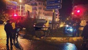 Otomobil direği yıkıp kavşağa çıktı