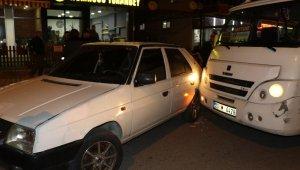 Seyir halindeki dolmuş şoförünün kafasına tabanca kabzasıyla vurdu