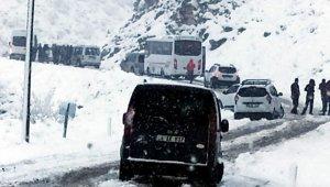 Siirt'te karda mahsur kalan 15 araç kurtarıldı