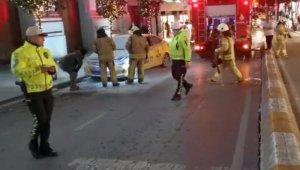 Taksim'de ticari taksi yandı, esnaf yangın tüpleriyle müdahale etti