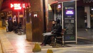 4,9 şiddetindeki deprem sonrası vatandaşlar geceyi sokakta geçiriyor