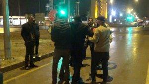 Aksaray'da 2 kişinin yaralandığı kazada taraflar yol ortasında kavga etti