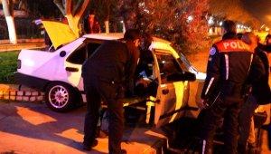 Araçta sıkışan sürücüyü polis ve sağlık ekipleri kurtardı
