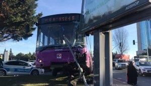 Ataşehir'de feci kaza: İstanbul Otobüs AŞ'ye ait otobüs ile otomobil çarpıştı