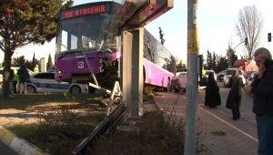 Ataşehir'de, İstanbul Otobüs AŞ'ye ait içi yolcu dolu otobüs ile otomobil çarpıştı. Reklam panosuna çarpan otobüs havada asılı kalırken bir işi yaralandı.