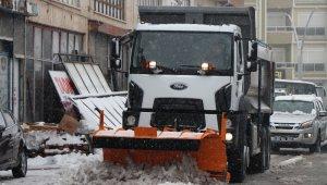 Belediye Başkanı Arı, karla mücadele eden ekibi altınla ödüllendirdi