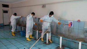Belediye ekipleri camilerdeki tuvalet ve abdesthaneleri temizliyor