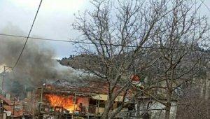 Denizli'de iki katlı ev alev alev yandı