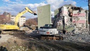 Depremde hasar alan 2 okulun daha yıkımına başlandı