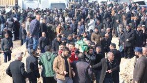 Depremde hayatını kaybeden 8 kişi yan yana defnedildi