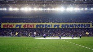 Fenerbahçeli taraftarlardan derbi koreografisi