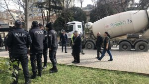 Kadıköy'de yolun karşısına geçen yaşlı adam beton mikserinin altında kaldı