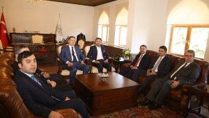 Kamu Başdenetçisi Şeref Malkoç, Belediye Başkanı Arı'yı ziyaret etti