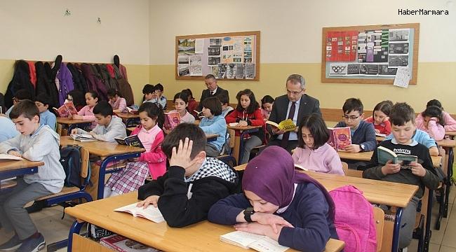 Kaymakam Pişkin, öğrencilerle birlikte kitap okudu