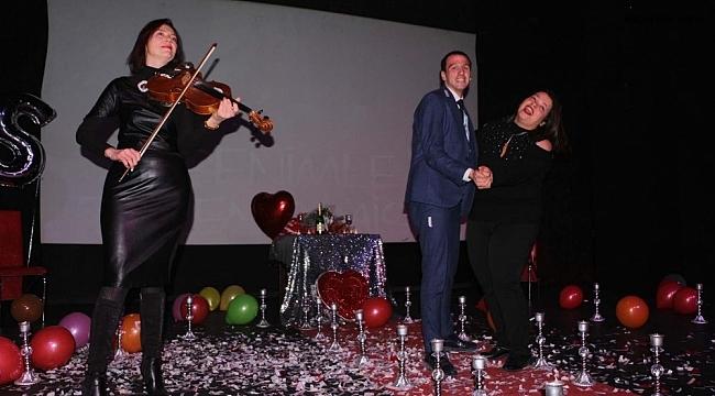 Kuşadası'nda tiyatro sahnesinde evlilik teklifi