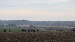 Mülteciler tarlalardan geçerek Pazarkule'ye ulaşmaya çalışıyor