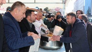 Nevşehir Belediye Başkanı Arı, tazminattan kazandığı paralarla kavurma dağıttı